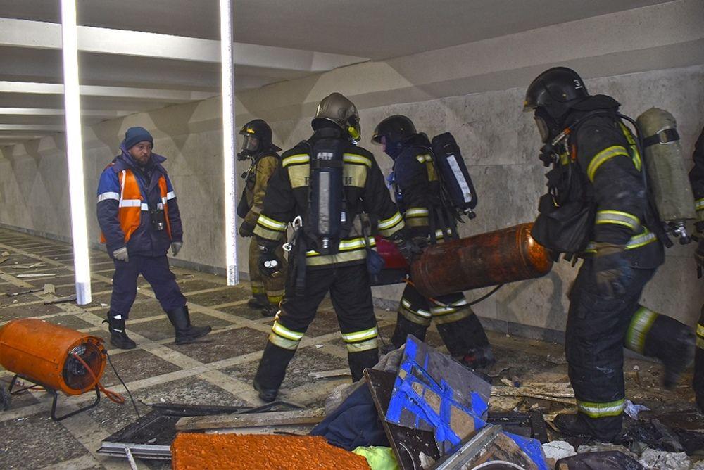 Пожарные вынесли из опасной зоны два баллона.