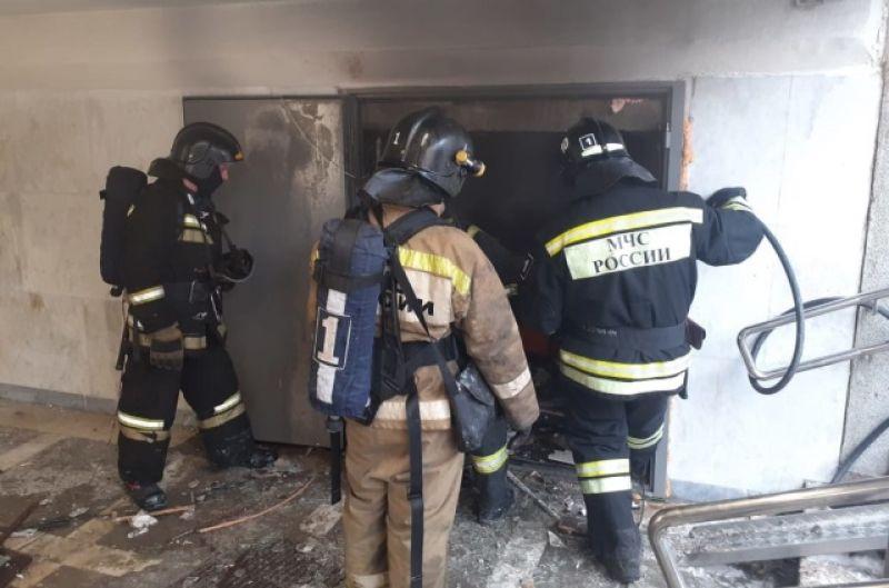 Из-за взрыва загорелись вещи в подсобке.