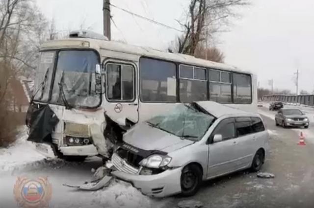50-летний водитель автомобиля «Тойота Филдер» выехал на полосу встречного движения и столкнулся с автобусом ПАЗ.