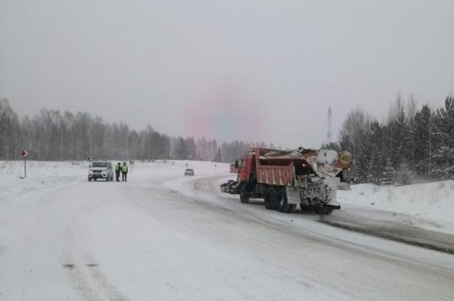 Во избежание аварийных ситуаций дорожные полицейские вручную регулируют поочередное движение большегрузов.