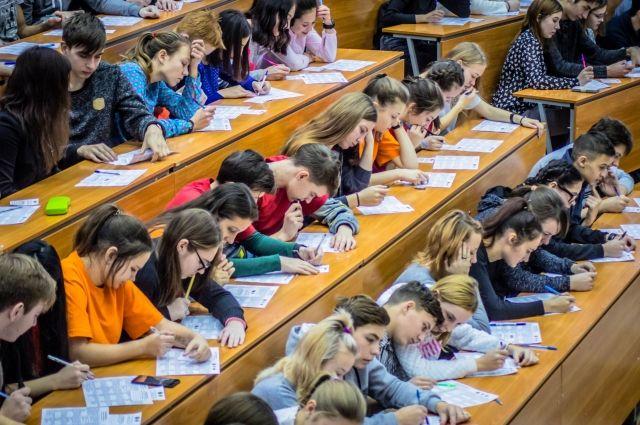 Студенты будут переведены в головной вуз или в другие вузы города.
