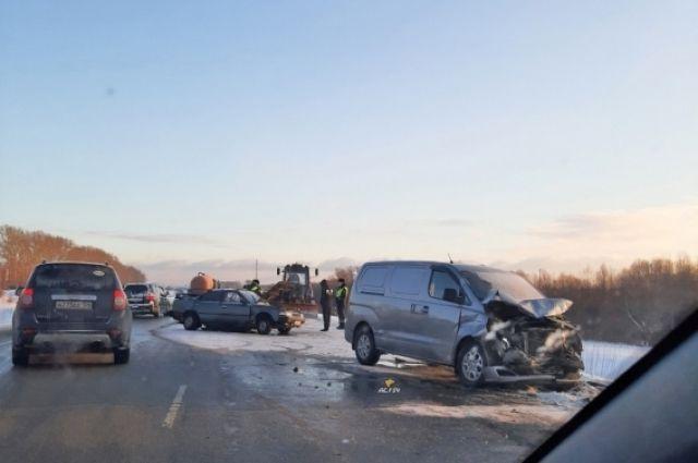 На Ордынской трассе в Новосибирске столкнулись микроавтобус Hyundai Starex и седан Toyota Carina