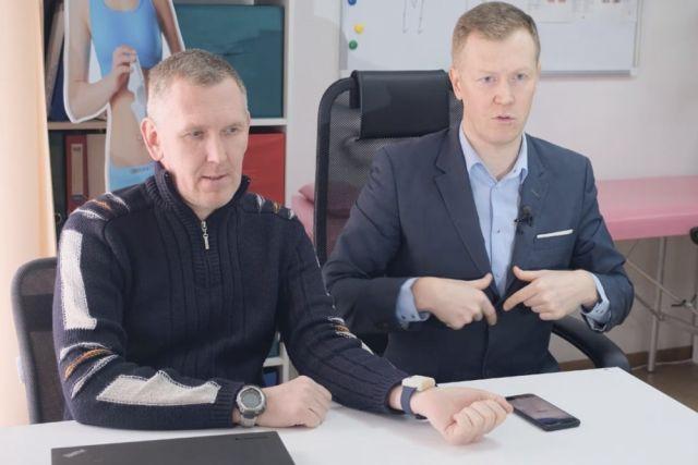 Юрий Корюкалов (справа) создает аппараты для медицины.