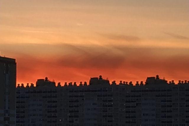 Небо окрасилось в цвета российского флага.