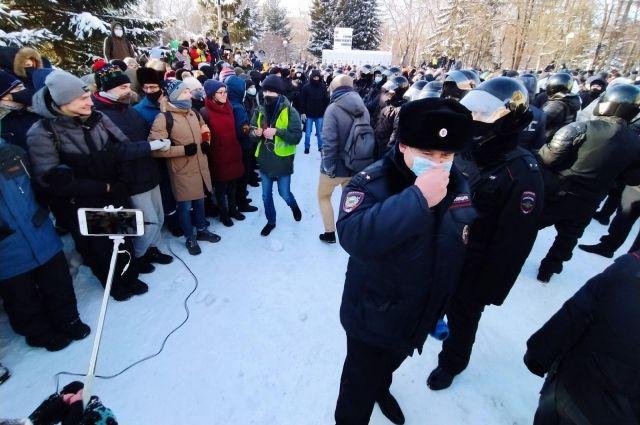 Участники акции протеста заявили, что просто гуляют.