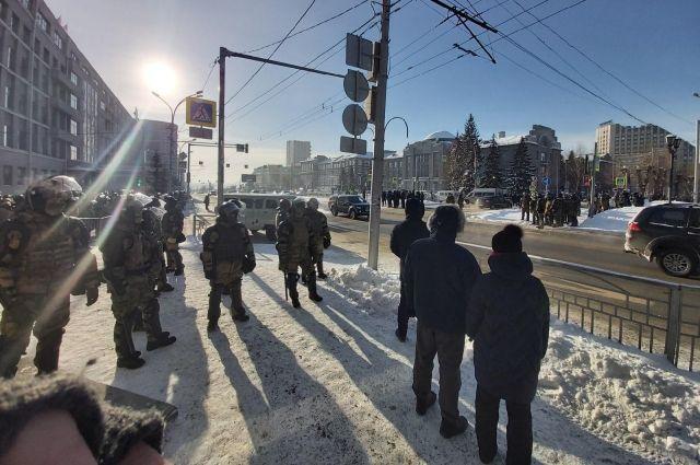 Здание правительства охраняет ОМОН.
