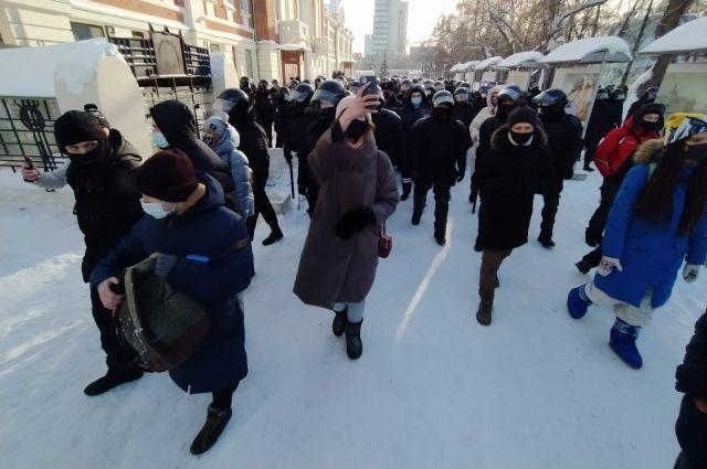 Участники митинга прошли по центру города колонной.