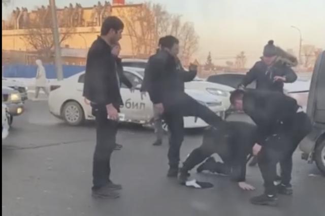 Водитель службы такси «Ситимобил» на автомобиле KIA Rio и его пассажиры подрались с водителем минивэна на площади Труда в Новосибирске 31 января.