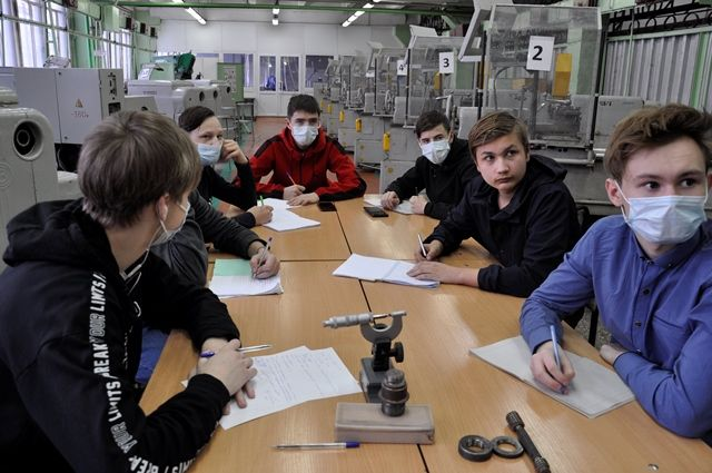 Группа будущих токарей на теоретических занятиях в Курганском промышленном техникуме.