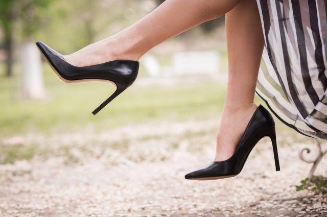 Женщина после падения на ступеньках сломала ногу