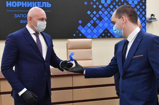 Руководитель Норильского дивизиона Николай Уткин вручил ключи новосёлам.