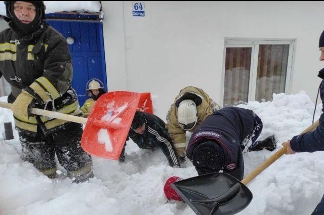Снег был влажным и плотным, он сводил к нулю любые попытки двигаться