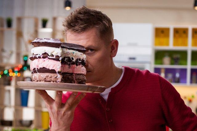 Александр Белькович поделился пошаговым рецептом вафельного торта с мороженым.