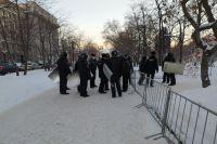 Сотрудники полиции выставили оцепление в центре Новосибирска на площади Ленина 2 февраля. Перекрыто движение по улице Щетинкина, на площади Ленина и в Первомайском сквере выставили специальные ограждения. Об этом сообщает корреспондент АиФ-Новосибирск.