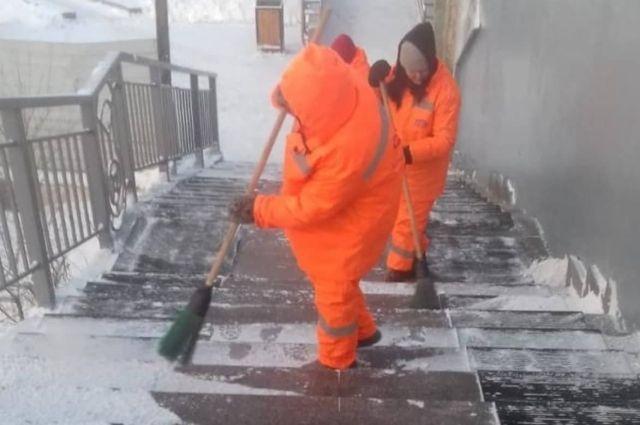 Снегоочистка идет круглосуточно, но и снега выпало существенно больше нормы.