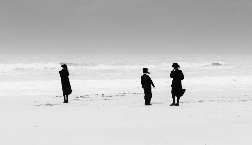 Победитель в категории «Люди мира». Снимок сделан в начале пандемии COVID-19. Ультраортодоксальные евреи наслаждаются свободой и избегают самоизоляции.