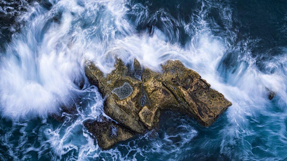 Волны окружают крошечный остров у побережья Тайваня.