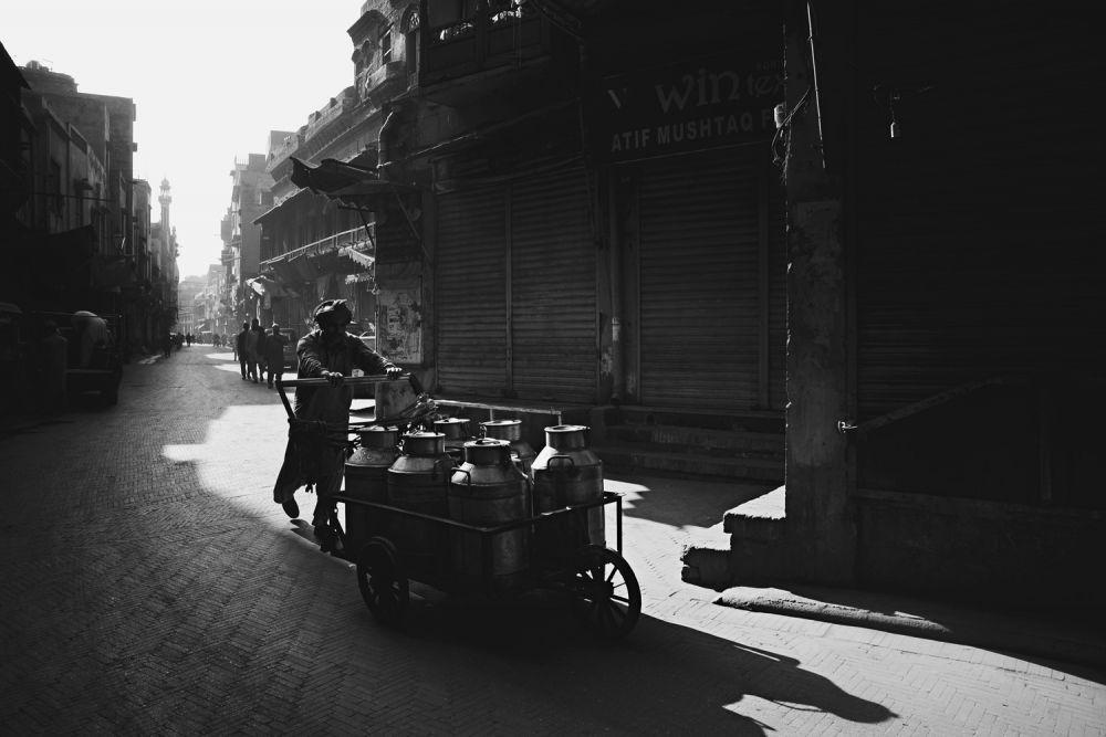 В номинации «Юный тревел-фотограф года» победил 12-летний ирландец Индиго Ламур, запечатлевший старый город Лахор в Пакистане, когда в первые часы после восхода солнца люди начинают подготовку к новому дню.