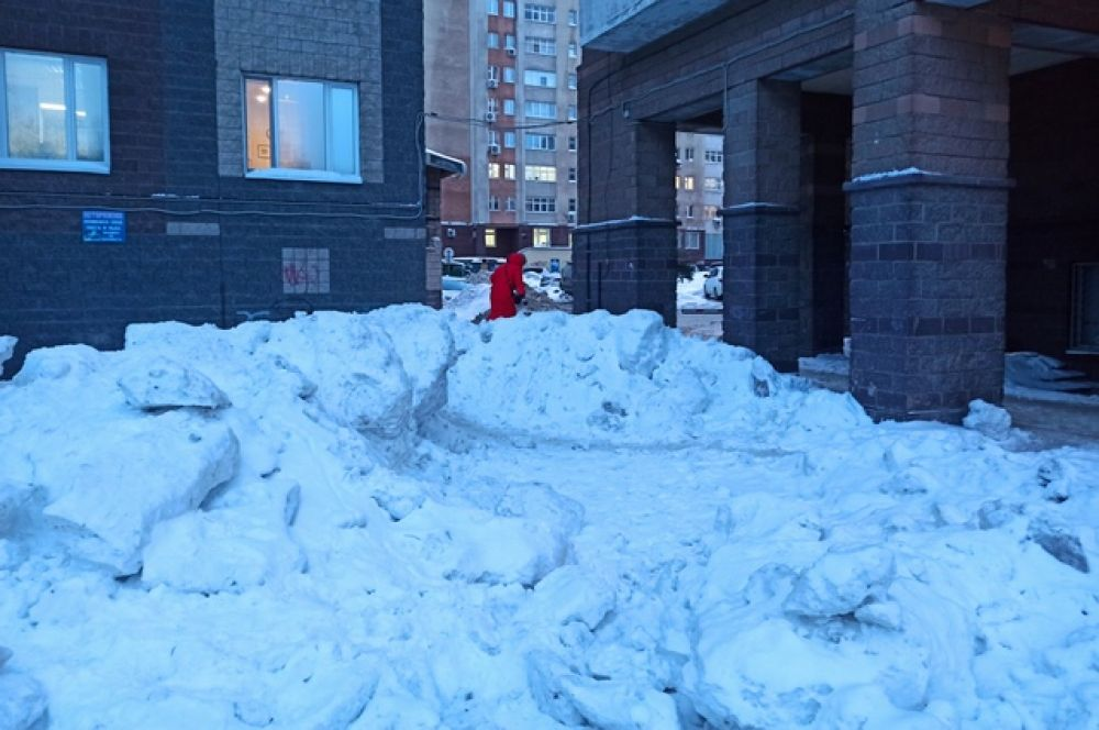 Двор около домов в квартале на улице Дорофеева, считается респектабельным.