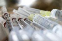 Главный Новосибирский онколог Вадим Захаров опроверг полный запрет на прививку от COVID-19 для людей с онкологией, однако отметил: вакцинироваться можно только после консультации с врачом.