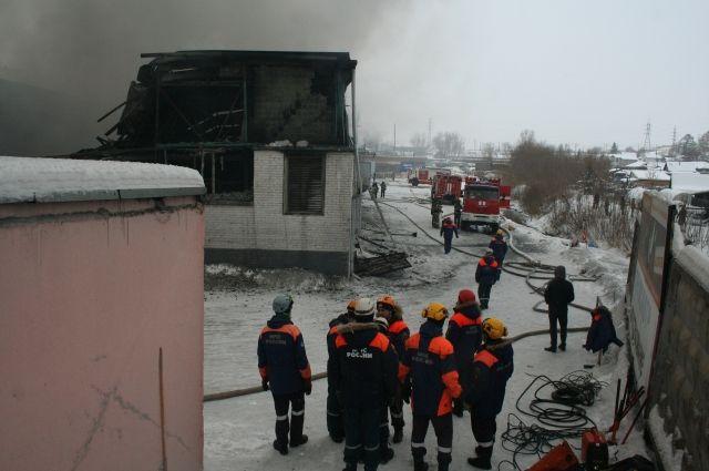 В настоящее время с родственниками погибших пожарных работают психологи МЧС.