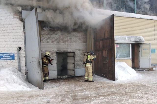 Пожарные пытались спасти человека.