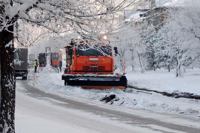 Только за минувшие сутки с городских дорог было вывезено 1010 КАМАЗов снега.