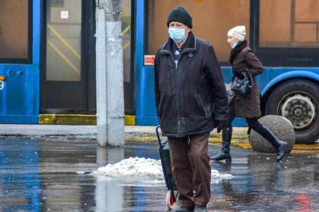 Уровень заболеваемости коронавирусом в Новосибирской области пока не позволяет говорить об отмене масочного режима.
