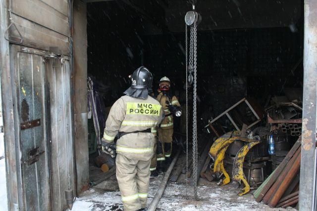 На месте предудущего крупного пожара все еще работают специалисты.