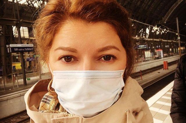 Фатима Шеуджен на вокзале во Франкфурте.