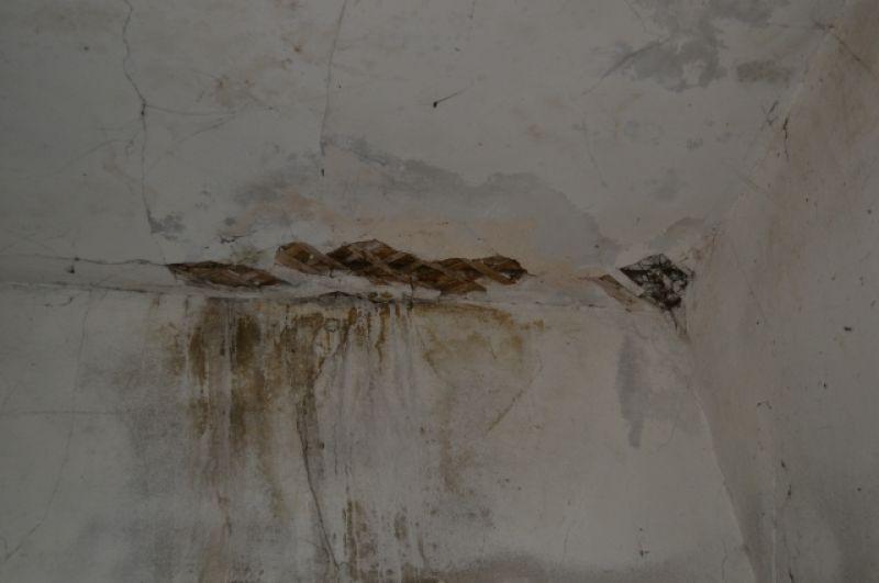 В некоторых нежилых комнатах потолок держится только на подпорках.