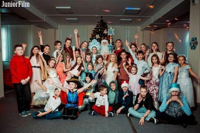 В фильме снимаются взрослые актёры и дети.