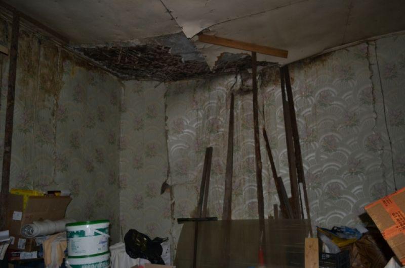 Фундамент просел, в нежилых комнатах печи уходят под пол и обваливаются углы.