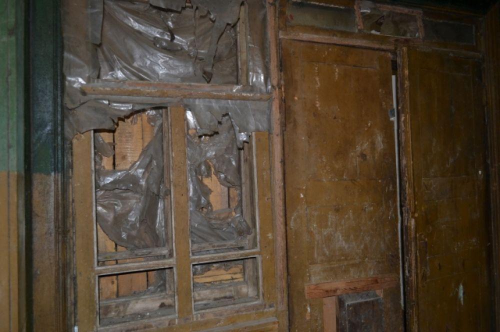 Жильцы боятся, что в один прекрасный день потолок сложится как карточный домик.