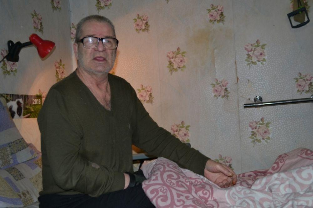 В 2019 году Николай перенёс инсульт. Сейчас вся правая сторона у него обездвижена.