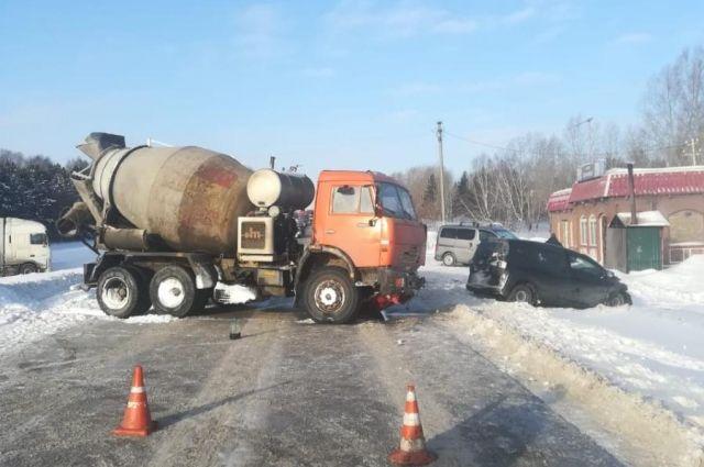 Авария произошла на 2 км автодороги от трассы Р-255 «Сибирь» до улицы Севской.