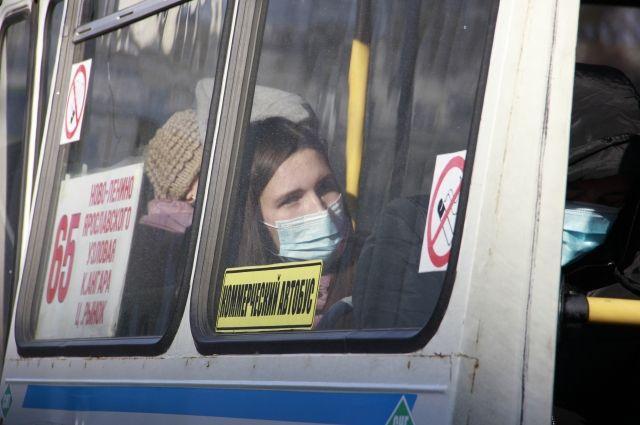 В общественных местах необходимо соблюдать противоэпидемиологические правила.
