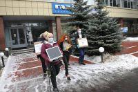 Супруги Ливандоновы, которые воспитывают 14 детей, получили от «Группы ГАЗ» компьютеры, чтобы ребята учились дистанционно.