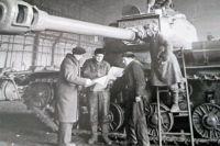 На Кировском заводе (ЧТЗ) в годы войны трудились рабочие и инженеры из Харькова и Ленинграда.