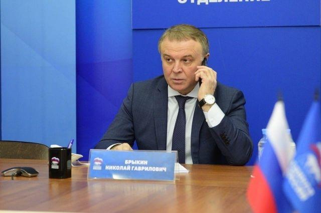 Депутат Николай Брыкин работает с обращениями тюменцев