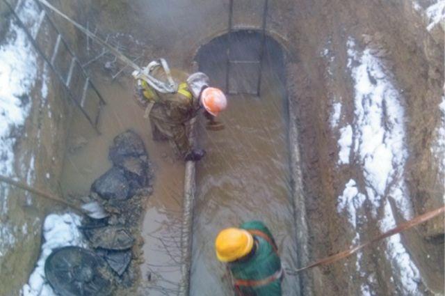 За десятилетия агрессивные кислотно-щелочные канализационные стоки местами полностью разъели 12-сантиметровые стенки железных труб.Фото предоставлено горводоканалом.