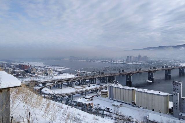 Черный туман висит над городом.