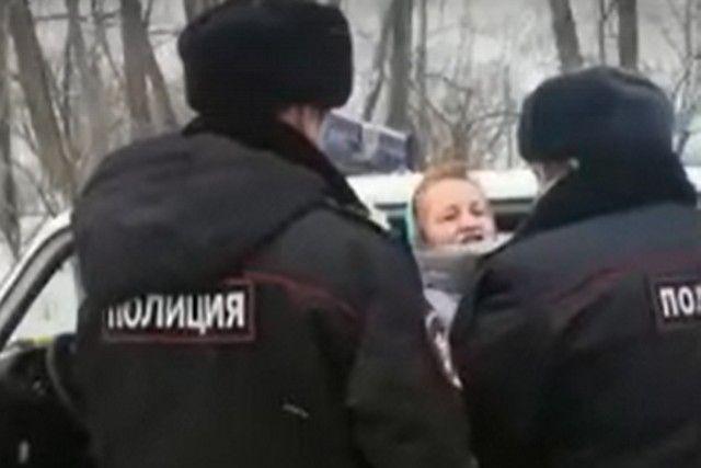 Это скриншот с видео, снятого дочерью Елены Лукиной. Видеосъемка стала возможна только благодаря тому, что женщина была на сносях и ее не тронули.