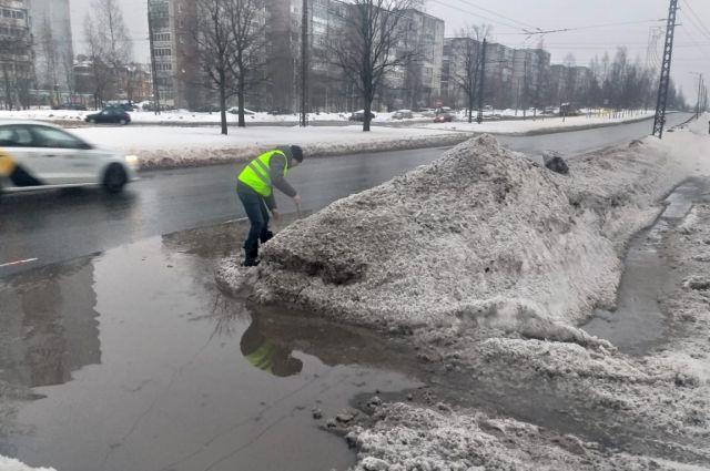 Дорожники в эти дни активно чистили снег, но с лужами им не справиться.
