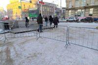Центр Новосибирска снова перекрыли в воскресенье, 7 февраля. На площади Ленина выстроились автозаки, также здесь установлены заборы.