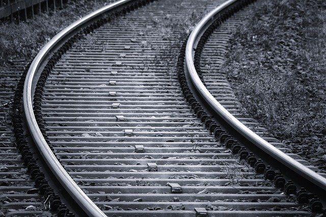 Два пассажирских поезда не могут продолжить движение из-за сошедших с рельсов 17 вагонов грузового поезда на станции Нанагры в Могочинском районе Забайкальского края.