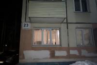 С балкона этого доме выбросили собаку, она погибла.