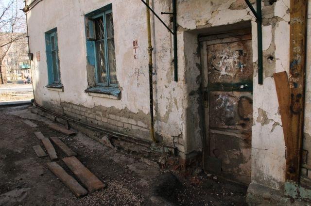 В одном из сел Оренбуржья 11 семей с детьми проживают в опасном аварийном доме.