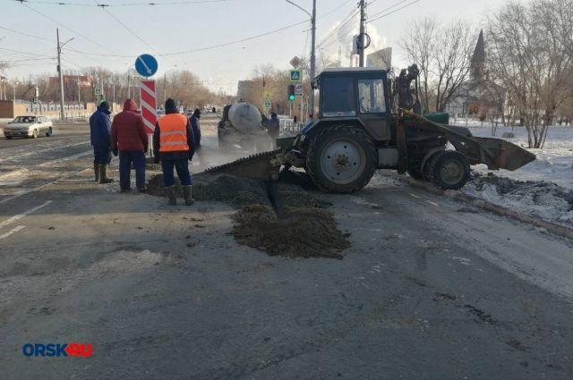 На пересечении улиц Станиславского и Нефтяников устраняют последствия подземного повреждения водопровода.