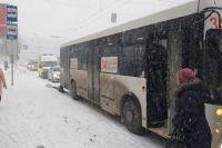 По словам очевидца, мужчина попал под колеса непреднамеренно. Он спешил на автобус и, вероятно, поскользнулся на льду и упал на проезжую часть.